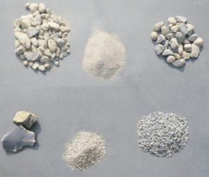 Eine Auswahl von verschiedenen Körnungen und Qualitäten von kalziniertem Bauxit.