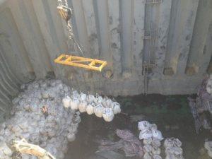 Entladen von Big Bags aus Bulkschiff