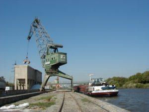 Entladen von Bauxit aus Binnenschiff